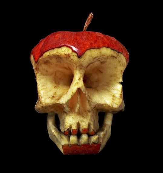 Lebka vyřezaná do jablka.