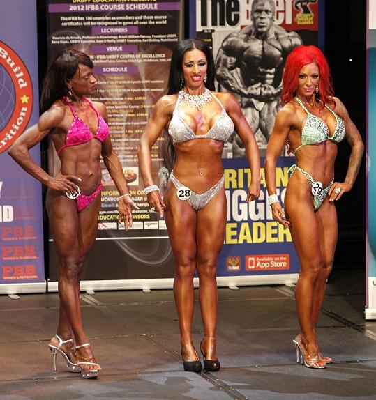 Jodie Marsh vedle svých konkurentek v bodybuildingu.