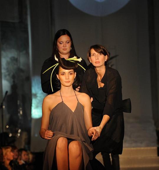 Kadeřnice Petra Měchurová (vpravo) se svojí modelkou.