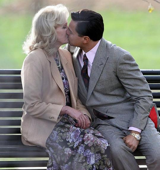 Leonardo DiCaprio a Joanna Lumley natáčeli líbací scénu do nového filmu.
