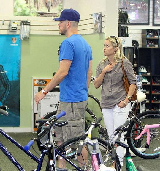 Reese s manželem Jimem Tothem v obchodě pro cyklisty.