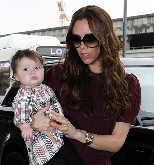 Victoria svou dceru obléká podle nejnovějších trendů.