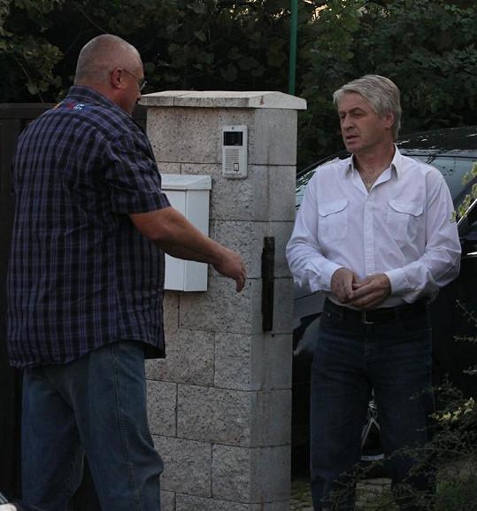 Josef Rychtář se vítá s bodyguardem.