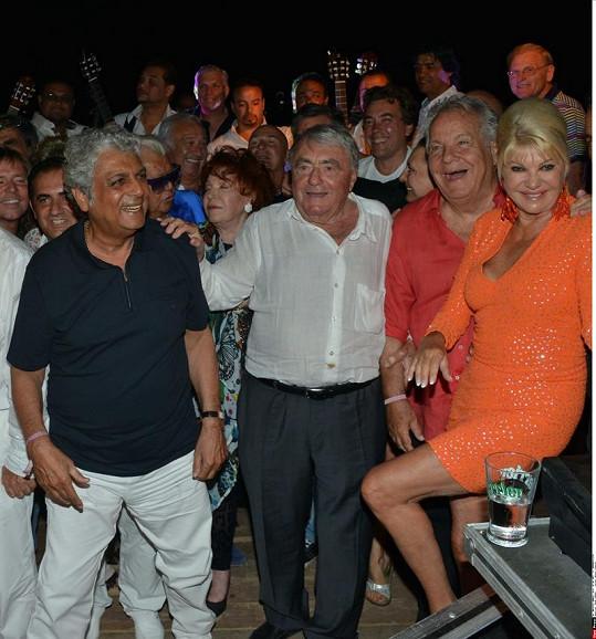 Ivana Trump na večírku bohatých a slavných v St. Tropez.