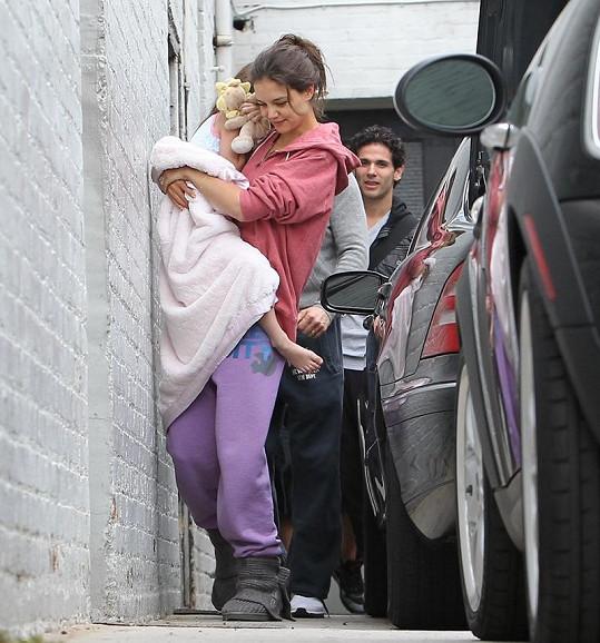 Katie Holmes oblečená jako bezdomovkyně.