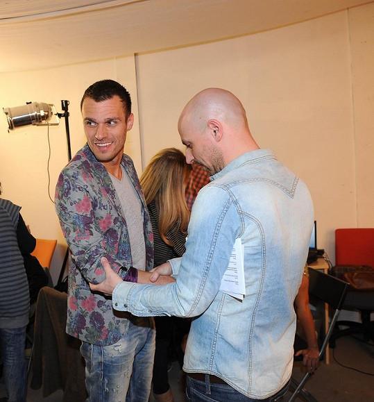 Leoše před přenosem upravuje stylista Filip Vaněk.