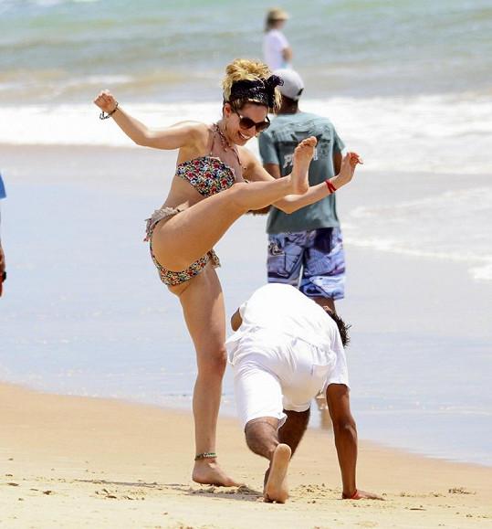 Kelly zkouší capoeiru.