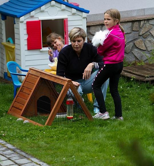 Katka s Luckou si hrály s králíčkem.