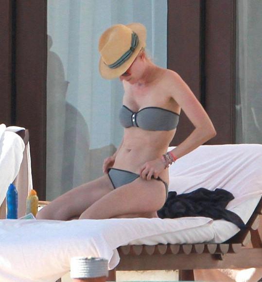 Půvabná herečka kontroluje své plavky.