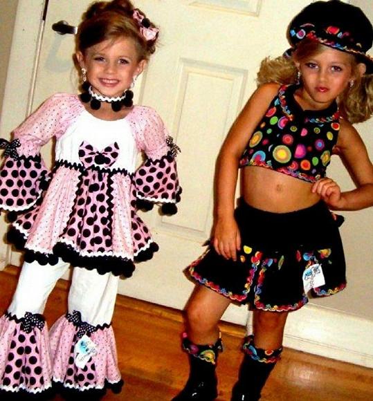 Kylie a její mladší sestra Karley spolu často soupeří v dětských soutěžích krásy.