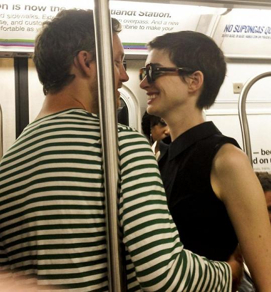 Anne Hathaway v newyorském metru se svým Adamem.