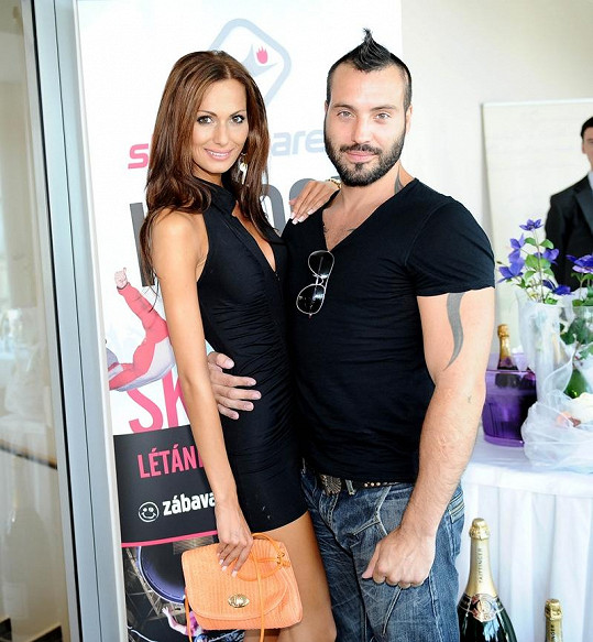 Noidovi fandila partnerka Eliška.