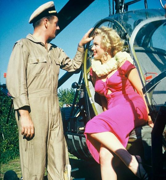 Marilyn s pilotem helikoptéry.