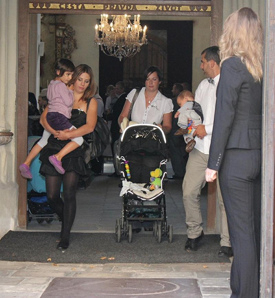 Aneta Langerová se svým bratrem, kterého doprovázela jeho manželka a děti.
