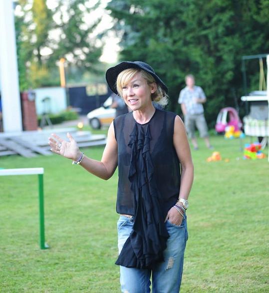Katka Herčíková na zahradní párty.