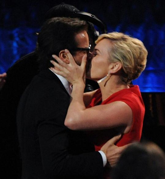 Kate v euforii po oznámení jejího vítězství políbila hereckého kolegu Guye Pearce.