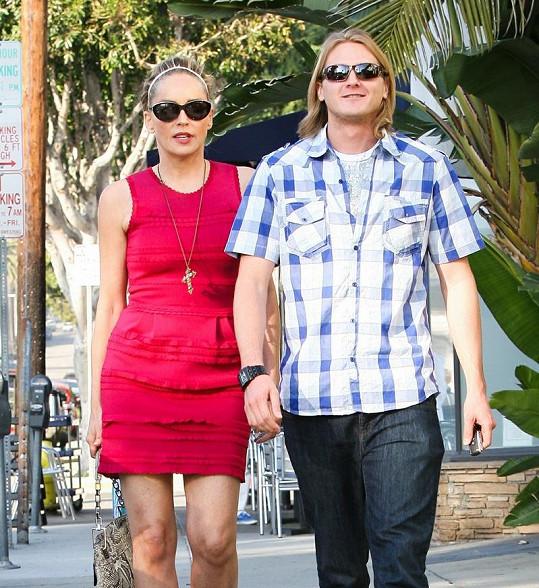 Sharon Stone s tajemným blonďákem.