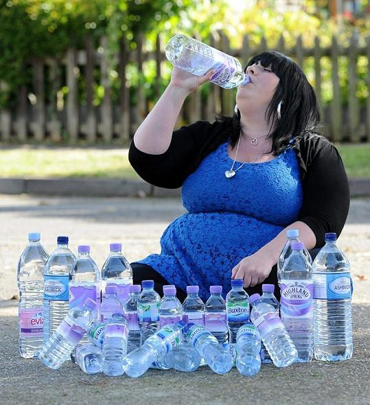 Sasha Kennedy musí pít téměř v jednom kuse.