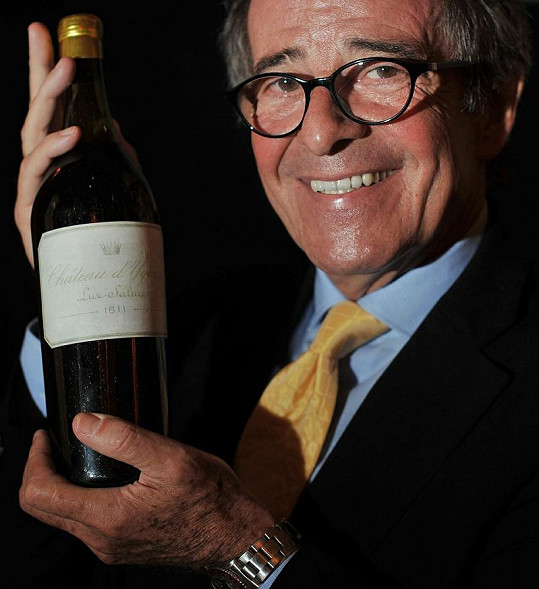 Stephen Williams ukazuje lahev Chateau d'Yquem.