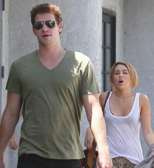 Výraz Miley Cyrus naznačuje, že v tu chvíli partnerská idylka zrovna nepanovala.