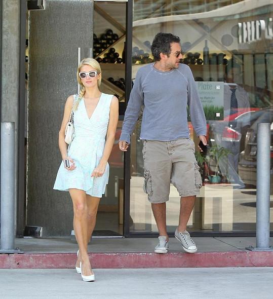 Paris Hilton a nový přítel Todd Phillips vycházejí z restaurace Plate v Miami.