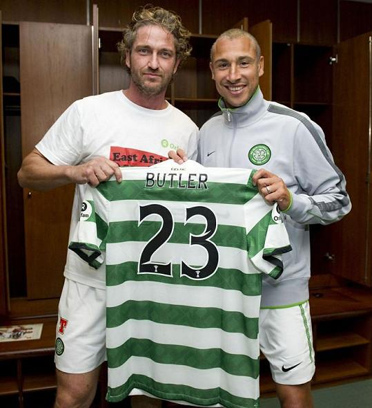 Larsson s Butlerem pózují s hercovým dresem.