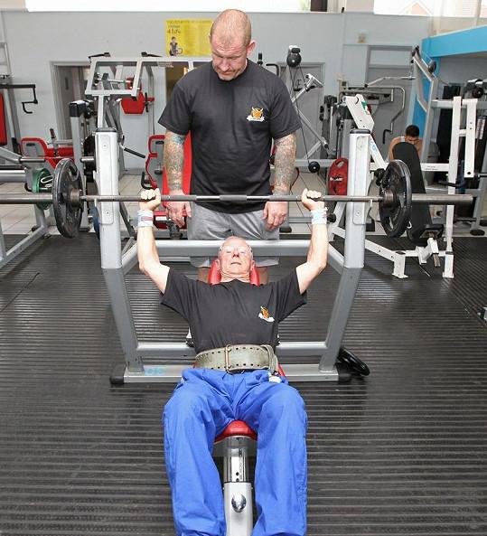 V disciplíně bench-press Ted Brown stále zvedne 70 kilo.