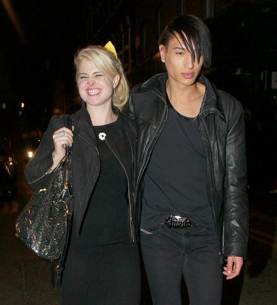 Vysmátá Kelly v doprovodu syna britského hudebníka Paula Wellera Natta.