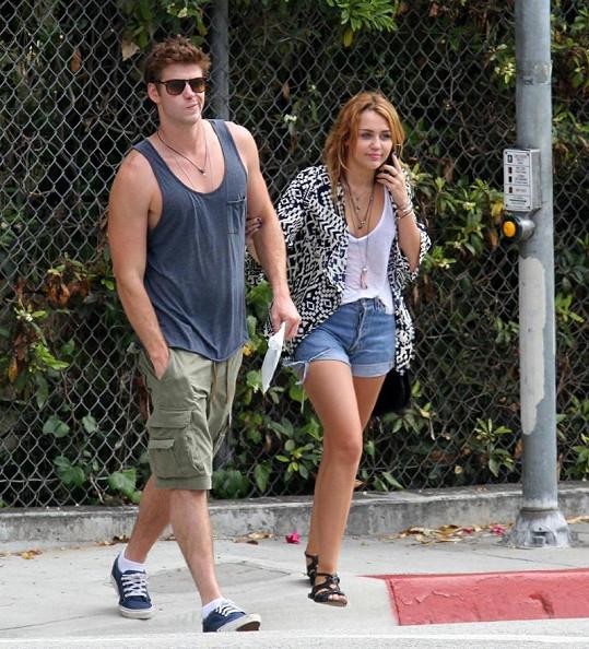 Osmnáctiletá Cyrus s hereckým kolegou Hemsworthem.