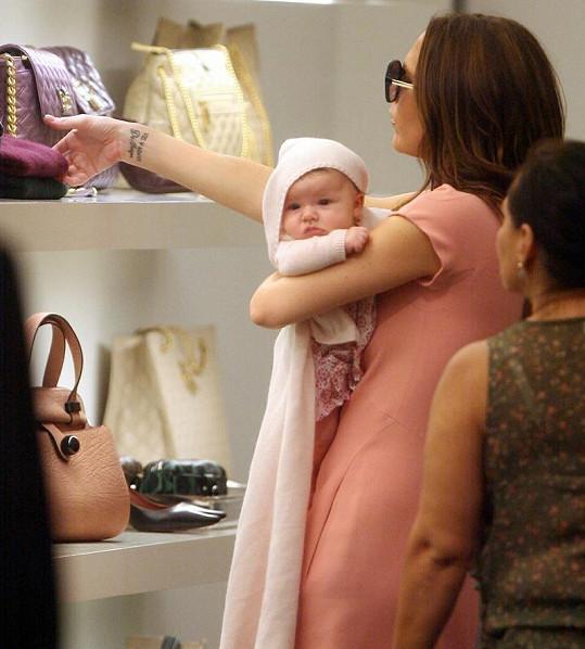 Victoria svou dceru nespustí z očí a stále ji nosí.