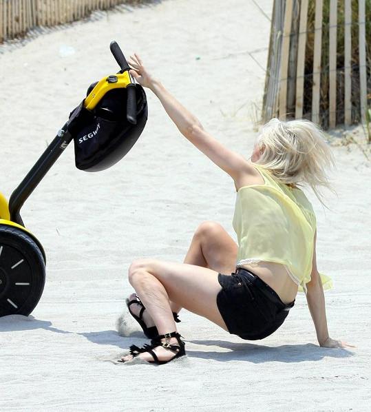 Ellie Goulding naštěstí spadla do písku.