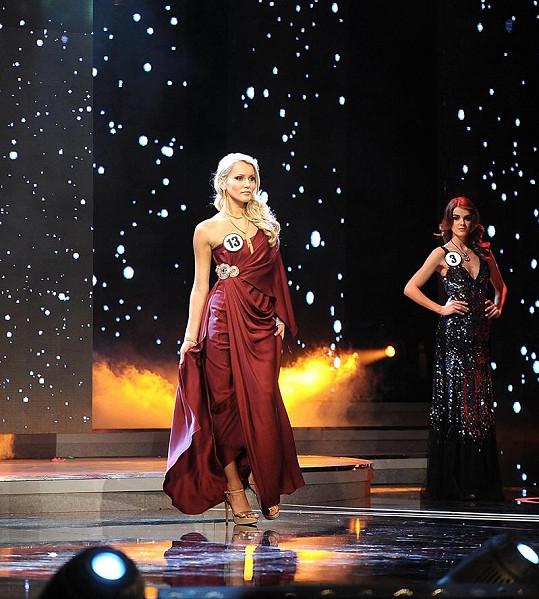 Linda Bartošová předvedla luxusní společenské šaty.