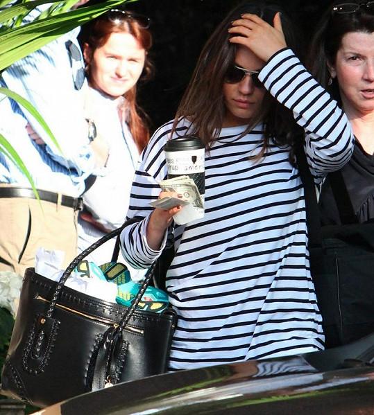Mila Kunis se skrývala za slunečními brýlemi.