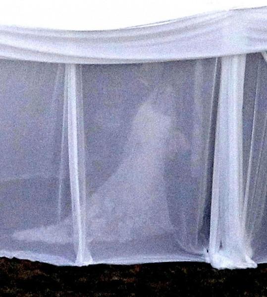 Nevěsta Drew byla vidět jen matně. Celý obřad se odehrával ve stanu.