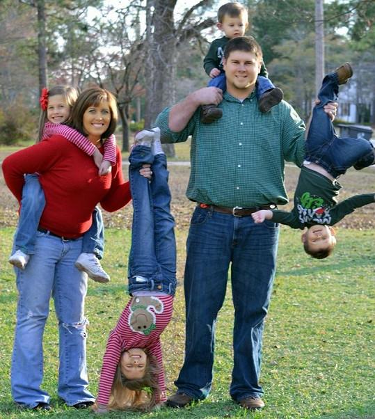 Podobných chvil s rodinou na dětském hřišti si malé Kylie a Karley moc neužijí.