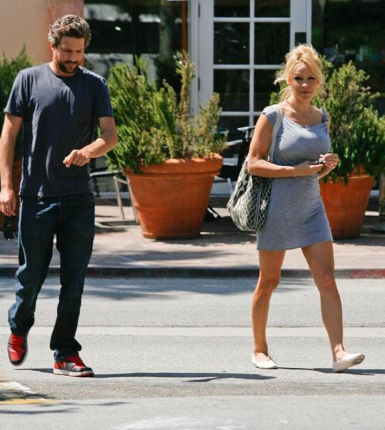 Pamela Anderson se svým přítelem Jonem Rosem.