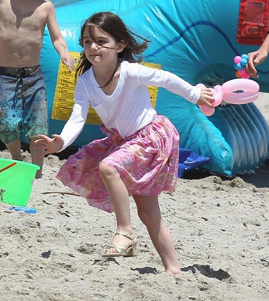 Na běhání po pláži se mohla malá Suri raději zout.