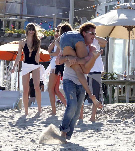 Jamie si Alessandru přehodil přes rameno a ta tak ukázala své sexy pozadí.
