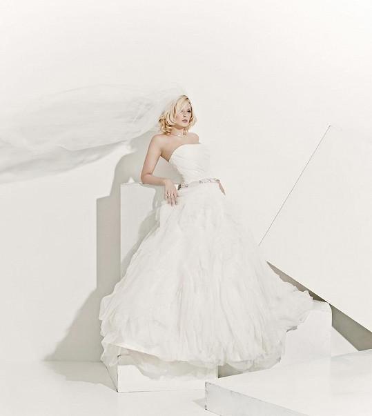 Nikol opět ve svatebních šatech, kdysi ji proslavily.