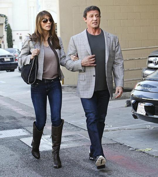 Stallone na předvánočních nákupech s manželkou Jenifer Flavin.