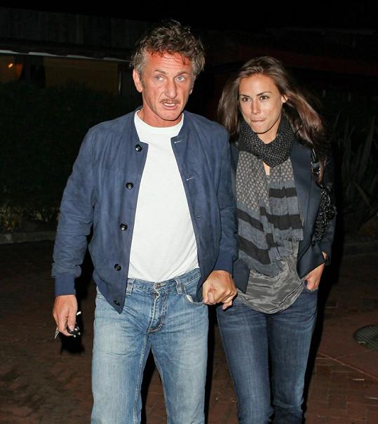 Sean Penn se svou přítelkyní Stacey Koplin odcházejí z večeře s Robertem De Nirem.