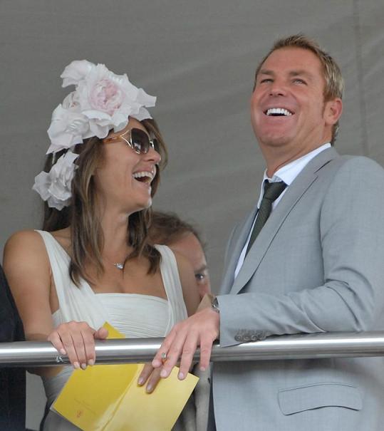 Liz Hurley se svým současným partnerem Shanem Warnem.