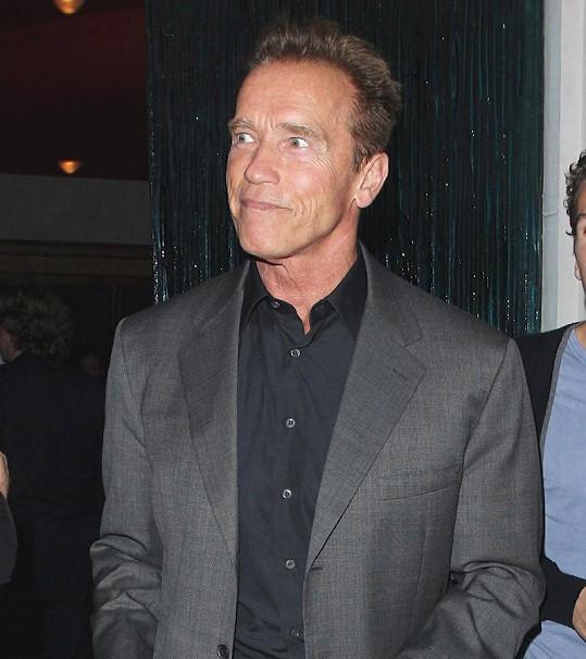 Arnold Schwarzenegger odchází z rodinné večeře.