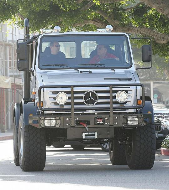 Bývalý kalifornský guvernér má ze svého vozu výborný výhled.