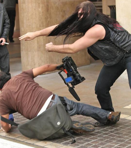 Weston napadá novináře.