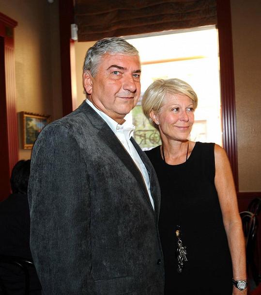 Miroslav Donutil dorazil s manželkou.
