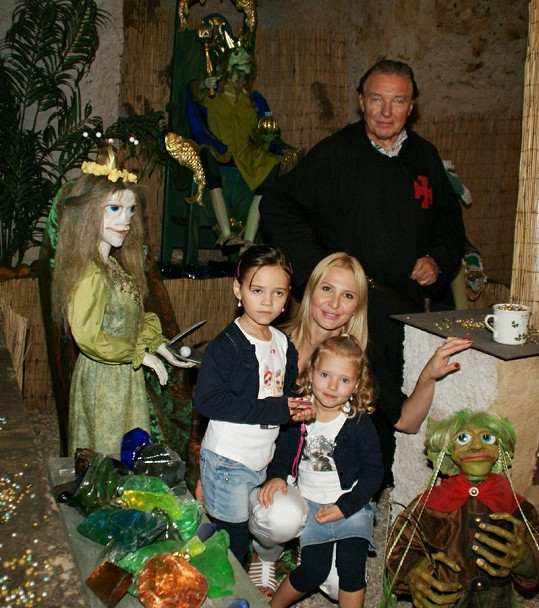 Karel Gott s manželkou a nejmladšími dcerami.