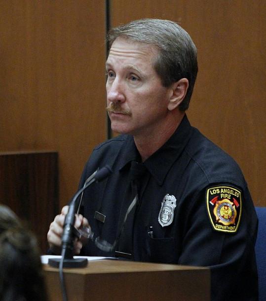 Richard Senneff svědčí před soudem.