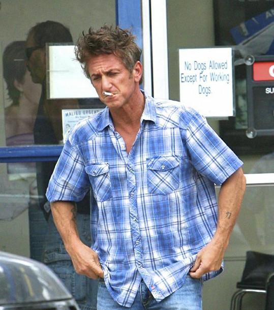 Sean Penn vychází z lékařského zařízení rozrušený.