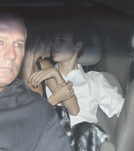 Něžné doteky Justina Biebera a Seleny Gomez na zadním sedadle auta.